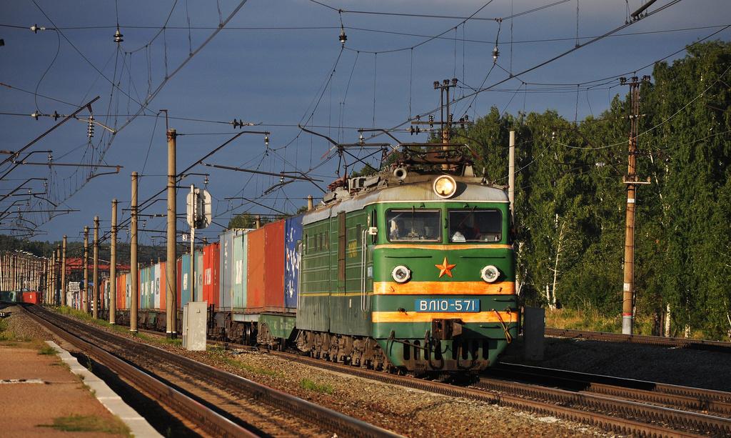 В Алтайском крае кроссовер попал под грузовой поезд