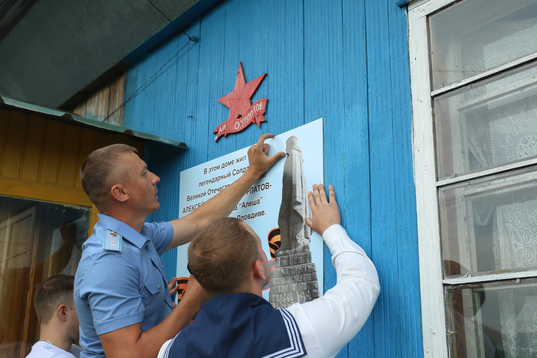 В селе Налобиха Алтайского края обновили памятный знак Алексею Скурлатову