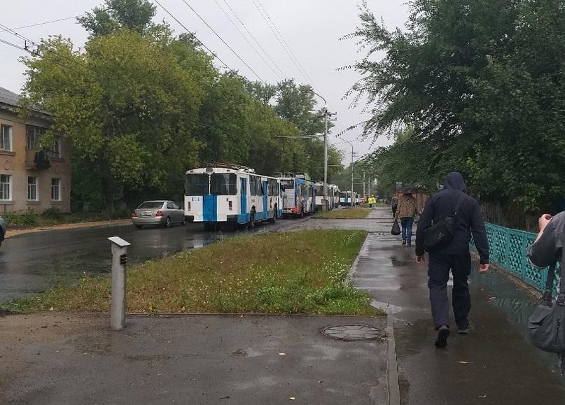 В Рубцовске из-за обрыва линии образовалась большая пробка из троллейбусов