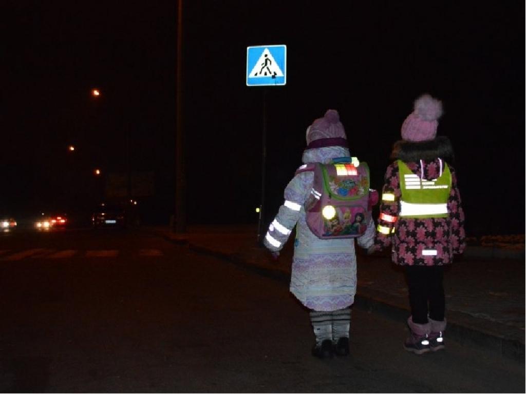 ГИБДД настоятельно рекомендует пешеходам иметь на одежде светоотражающие элементы
