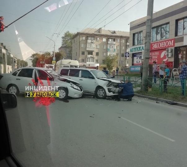 В центре Рубцовска произошло жесткое столкновение двух легковушек