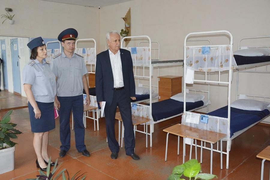 Уполномоченный по правам человека в Алтайском крае Борис Ларин посетил исправительные учреждения в поселке Шипуново