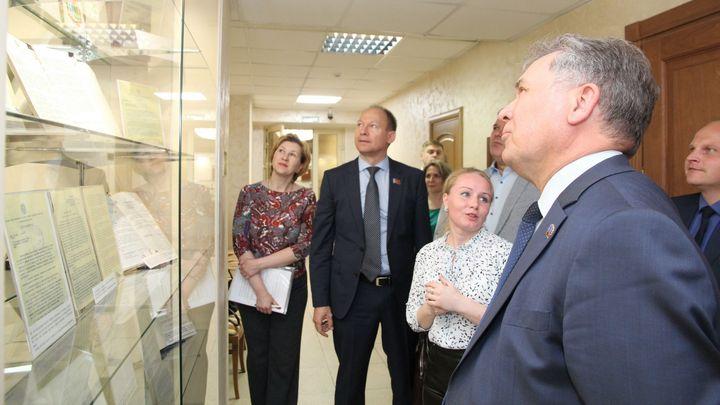 В парламенте Алтайского края возобновили выставку архива