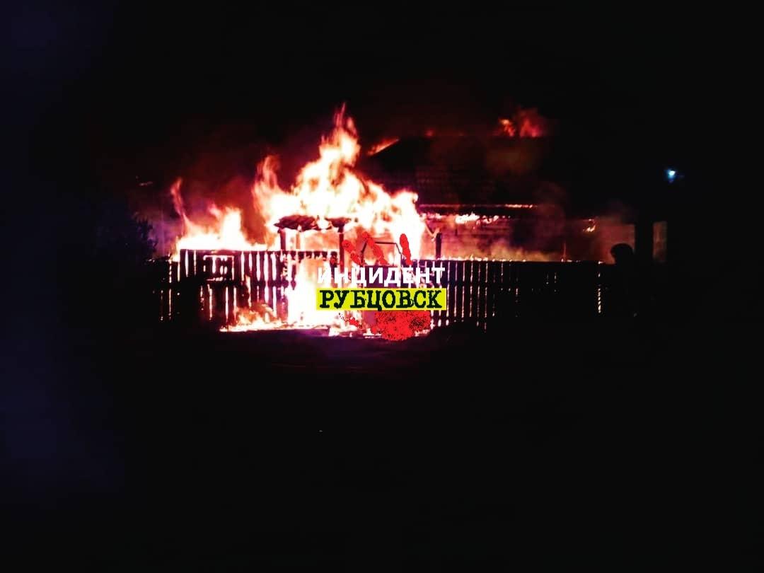 Серьезный пожар произошел в частном доме в Рубцовске