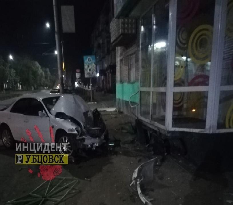 Легковой автомобиль протаранил забор на проспекте Ленина в Рубцовске