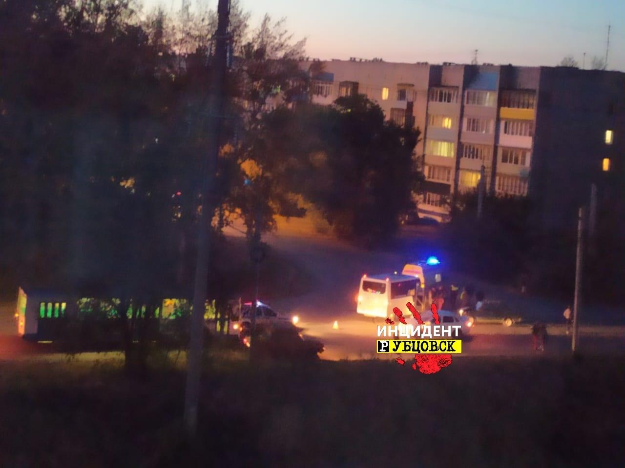 Микроавтобус с пассажирами попал в ДТП в Рубцовске: есть пострадавшие