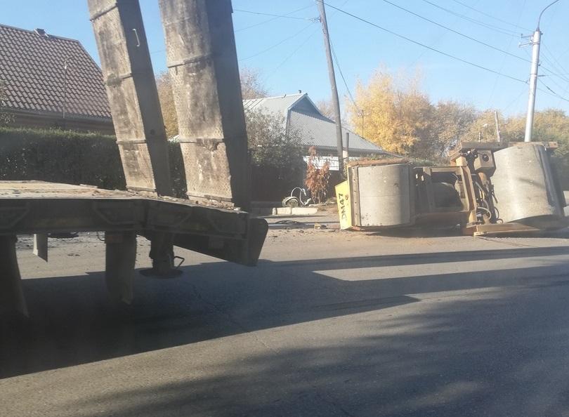 В Рубцовске грузовик уронил дорожный каток