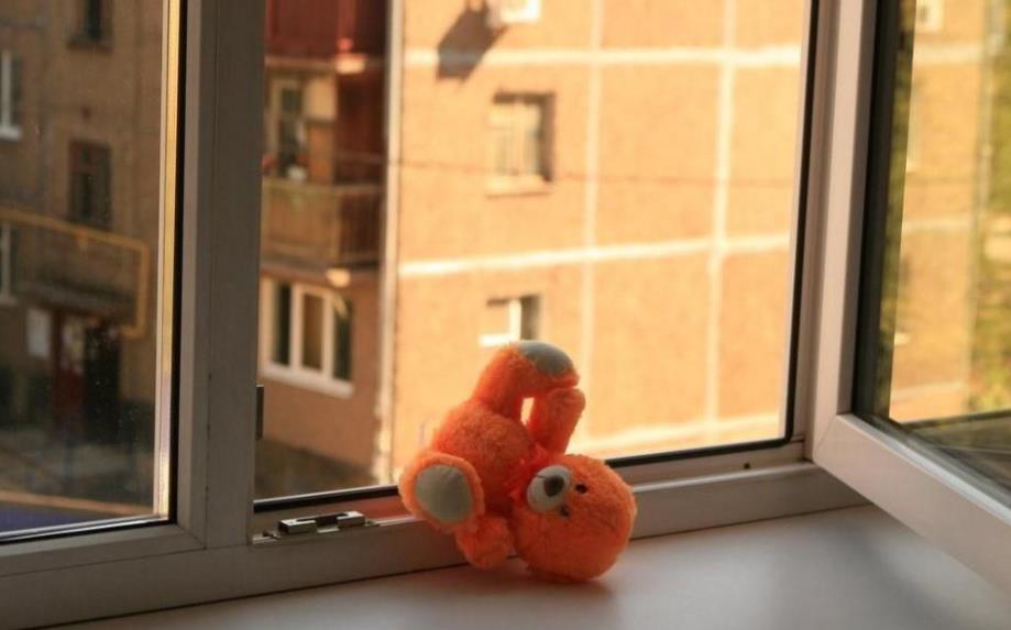 Маленький ребёнок выпал из окна 4-го этажа в Рубцовске