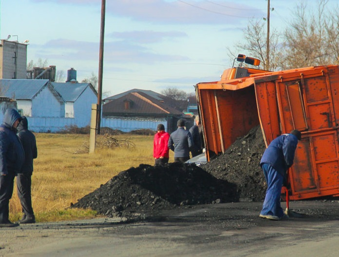 «КамАЗ» полностью загруженный углём перевернулся в Алтайском крае