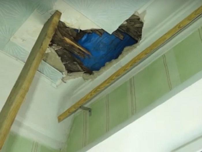 Ремонт удался. В Рубцовске рабочий провалился через крышу в чужую квартиру