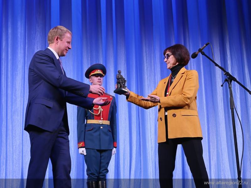 Дочь всемирно известного конструктора оружия Елена Калашникова сделала подарок Алтайскому краю