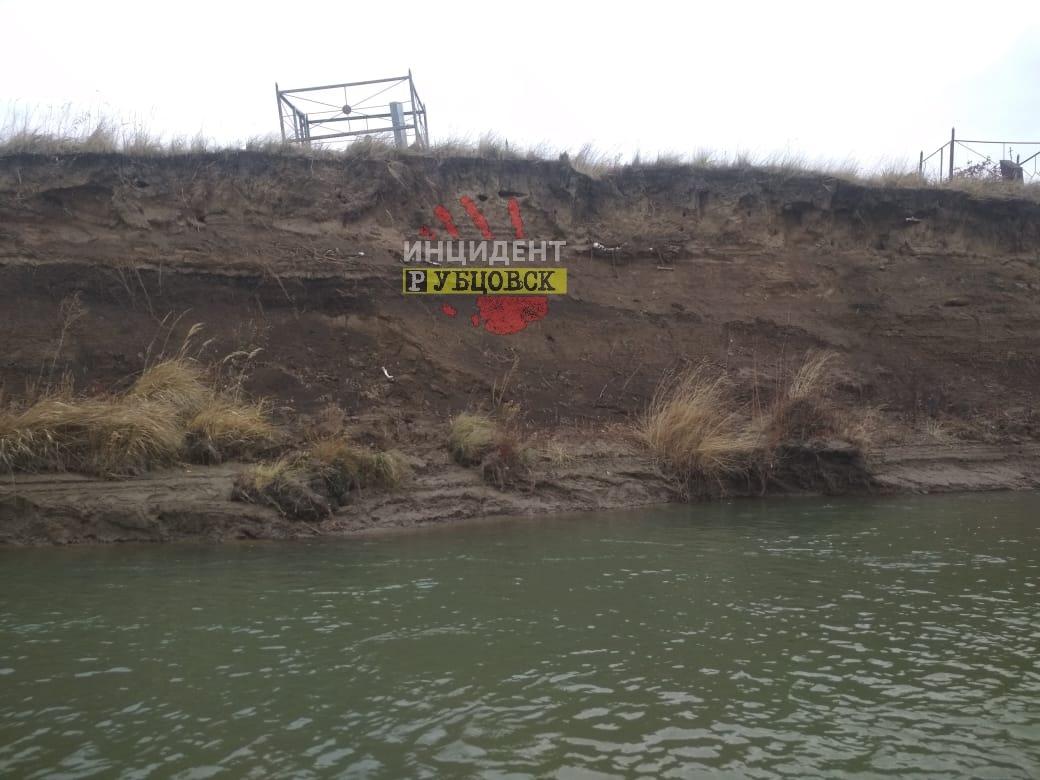 Размытое рекой кладбище в Рубцовском районе решили переносить