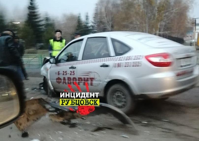 В Рубцовске в ДТП с «Грантами» пострадали два молодых парня