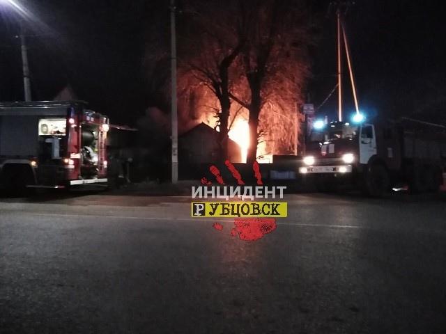 Предварительная причина - поджог. В Рубцовске горел жилой дом