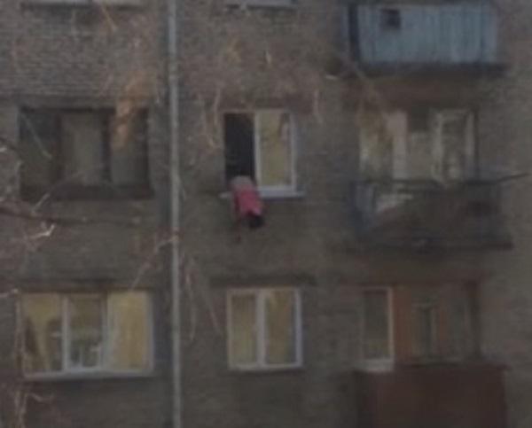 Рубцовчанка едва не вывалилась из окна четвертого этажа. Видео