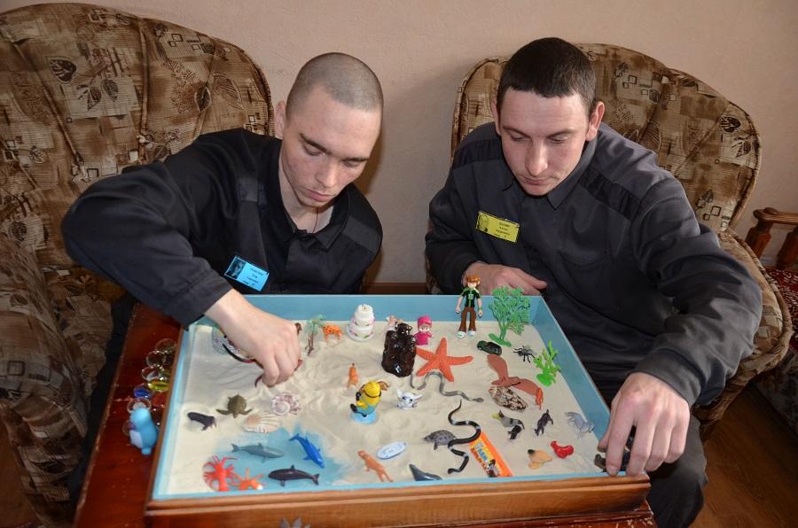 В ИК-4 УФСИН России по Алтайскому краю психологи внедряют в практику работы с осужденными метод песочной терапии