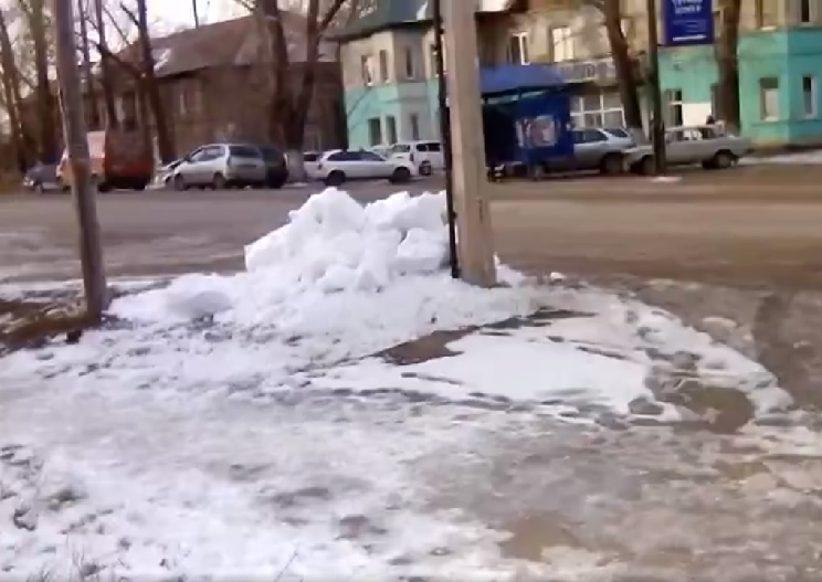 Рубцовчане жалуются на несанкционированный свал снега на тротуар и проезжую часть
