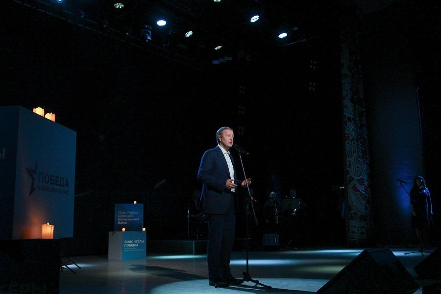 Губернатор Алтайского края на сцене прочитал поэму военного писателя