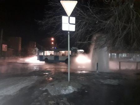 Фонтан ледяной воды затопил улицу вРубцовске